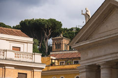 Colonnato e costruzioni nel Vaticano Belle vecchie finestre a Roma (Italia) Fotografia Stock Libera da Diritti