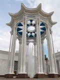 Colonnato ed alta fontana Fotografia Stock Libera da Diritti