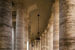 Colonnato intorno al quadrato della st Peters Immagini Stock