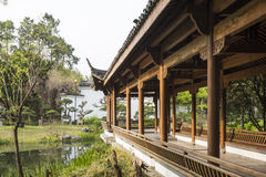 Colonnato lunga di Waterside nel giardino di Duojing Immagine Stock