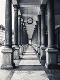 Colonnato simmetrica con un orologio Fotografia Stock