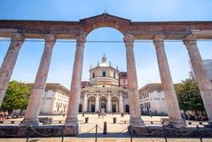 Colonne二圣洛伦佐,罗马历史柱廊的看法,有罗马皇帝Costantine雕象的,在米兰,意大利 免版税库存照片