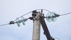 Colonne électrique colonne électrique de tour de ligne électrique le problème de l'énergie dans le monde dehors clips vidéos