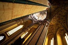 Colonne alte che sostengono il soffitto Fotografia Stock