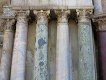 Colonne antiche della vecchia colonna di pietra di marmo classica fotografie stock libere da diritti