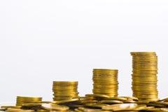Colonne aumentanti delle monete, mucchi delle monete di oro sistemate come g Fotografia Stock Libera da Diritti