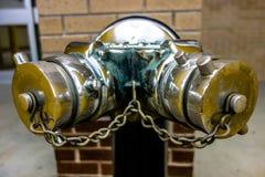 Colonne avec le dispositif siamois de connexion pour des tuyaux d'incendie Images stock