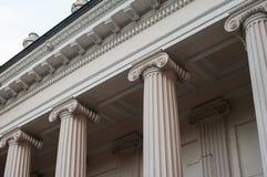 Colonne bianche alte della facciata della costruzione Immagine Stock Libera da Diritti