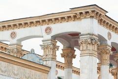 Colonne bianche sulla facciata della costruzione nello stile classico Fotografie Stock