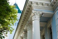 Colonne bianche sulla facciata della costruzione nello stile classico Immagini Stock