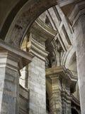 Colonne, capitali e arché di pietra in Milan Basilica anziano Fotografia Stock Libera da Diritti