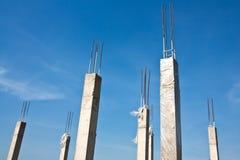 Colonne concrete con l'acciaio di rinforzo Immagini Stock