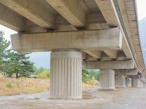 Colonne concrete e fasci di ponte dell'autostrada & di x28; viaduct& x29; Fotografia Stock