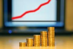 Colonne dalle monete contro il programma Immagini Stock