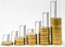 Colonne dalle monete e dallo schema di affari fotografia stock