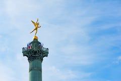 Colonne de bastille avec les drapeaux français contre le ciel bleu à Paris Image libre de droits