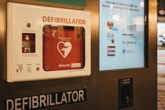 Colonne de défibrillateur sur une rue à Vienne, Autriche image stock
