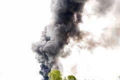Colonne de fumée énorme au milieu du ciel Photo stock