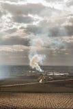 Colonne de fumée au milieu d'une ferme pluviale Images stock