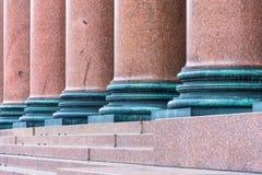 Colonne de marbre brun sur la façade du bâtiment photographie stock