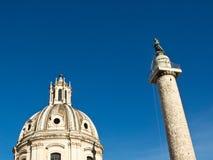 Colonne de Trajan et église, Rome Photographie stock libre de droits