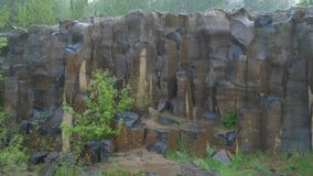 Colonne del basalto nella pioggia stock footage