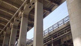 Colonne del metallo del primo piano del ponte stock footage