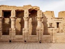 Colonne del tempio di Edfu anche conosciute come il tempio di Horus nell'egitto antico fotografia stock libera da diritti