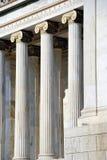 Colonne dell'accademia nazionale di Atene (Grecia) Immagini Stock