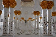 Colonne dell'oro in Sheikh Zayed Grand Mosque Fotografia Stock