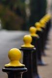 Colonne della barriera del metallo nero e giallo fotografia stock libera da diritti