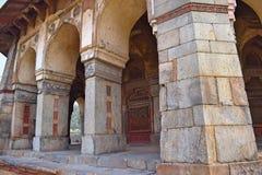 Colonne della tomba di Isa Khan nella città di Delhi fotografie stock libere da diritti
