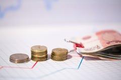 Colonne delle monete e delle fatture Fotografia Stock Libera da Diritti