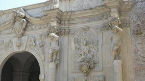 Colonne delle statue dell'atlante sulla fortezza archivi video