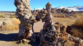 Colonne delle torri del tufo di calcare nel mono lago in California - fotografia di viaggio archivi video