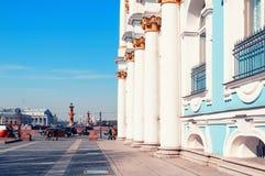 Colonne dello sputo dell'isola del palazzo di inverno e della costruzione e di Vasilievsky del Museo dell'Ermitage St Petersburg  immagine stock libera da diritti