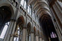 Colonne dentro la cattedrale di Reims fotografia stock libera da diritti