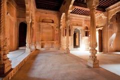 Colonne dentro le stanze storiche scolpite del palazzo Fotografia Stock