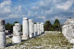 Colonne deteriorate in rovine Mayan della spiaggia Fotografie Stock