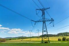 Colonne di alta tensione nel paesaggio ceco Distribuzione di elettricità Immagini Stock Libere da Diritti