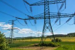 Colonne di alta tensione nel paesaggio ceco Distribuzione di elettricità Fotografia Stock