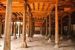 Colonne di legno alla moschea di Djuma in Ichan Kala, Khiva Fotografia Stock