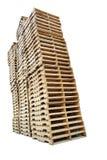 Colonne di legno del pallet isolate su bianco Immagini Stock Libere da Diritti