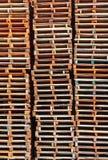 Colonne di legno impilate del pallet Fotografie Stock Libere da Diritti