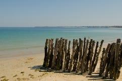 Colonne di legno su una spiaggia Fotografie Stock Libere da Diritti