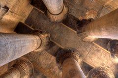 Colonne di Magnificient in tempiale di Khnum, Egitto Immagine Stock