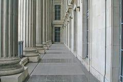 Colonne di ordine e di legge nella Corte suprema fotografia stock libera da diritti