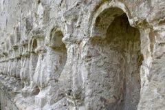 Colonne di sollievo di pietra scolpite nella parete immagine stock libera da diritti