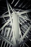Colonne di un ferro di bianco con i fasci di legno qui sopra Fotografia Stock Libera da Diritti