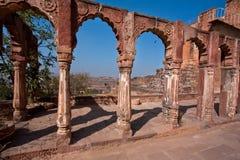 Colonne e arché di pietra con i modelli in un palazzo antico Immagine Stock Libera da Diritti